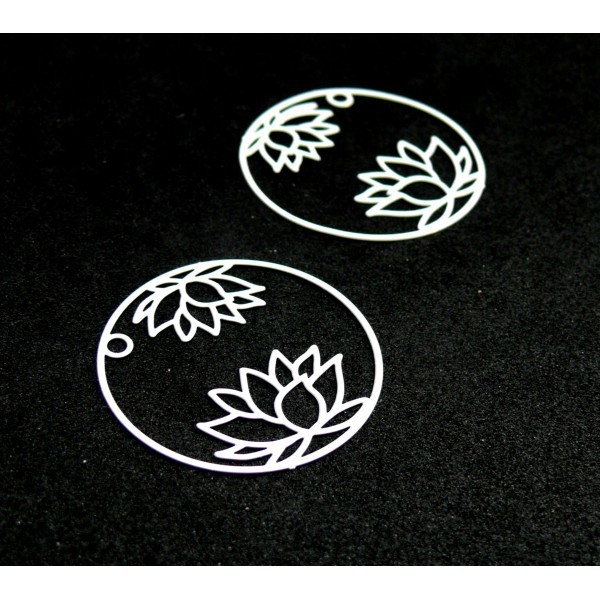 AE115405 Lot de 4 Estampes pendentif filigrane Fleur de Lotus dans Cercle 27 mm Cuivre coloris Blan - Photo n°1