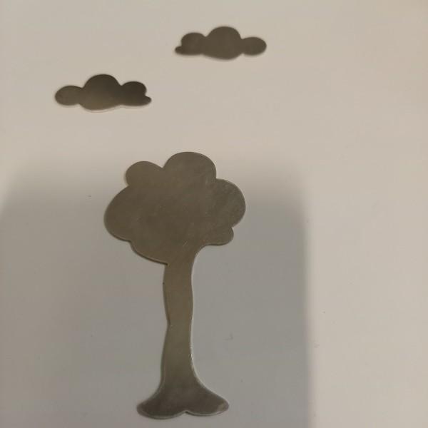 Un arbre sous les nuages en aluminium, l'arbre fait  30 mm de haut - Photo n°1